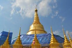 Guld- tempelpagodkonstruktion Royaltyfria Bilder