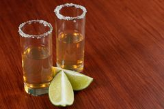 Guld- tequila med citronen och att salta Drinkar starksprit arkivfoton