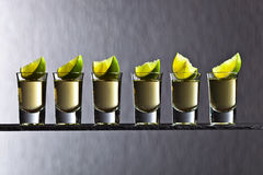 Guld- tequila med limefrukt Arkivfoton