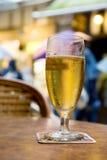 guld- terrass för öl Royaltyfri Bild