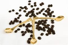 guld- teskedar för bönakaffe Royaltyfri Foto