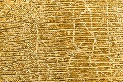 Guld- texturerad bakgrund för folie abstrakt begrepp Royaltyfria Bilder