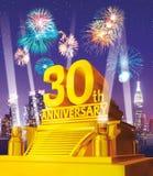 Guld- 30th årsdag mot stadshorisont Royaltyfria Foton