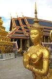 guld- thai ställestaty Arkivfoton