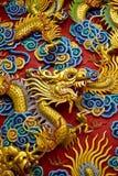 guld- thai statytempel för kinesisk drake Fotografering för Bildbyråer