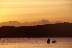 Guld- Tid solnedgång arkivfoto