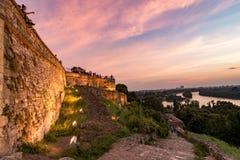 Guld- timme över floden med den synliga forntida medeltida fästningen Arkivbilder