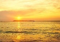 Guld- timme i soluppgång över havet Royaltyfria Foton