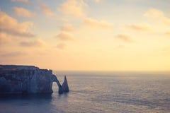 Guld- timme på den Etretat klippan, en kommun i Seine-maritimeavdelningen i den Normandie regionen av norr Frankrike royaltyfri bild