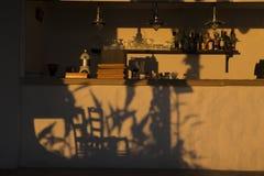 Guld- timme - skuggor av två stolar Royaltyfria Foton