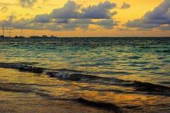 Guld- timmesolnedgång på havet Royaltyfria Bilder