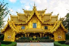 Guld- toalett på Waten Rong Khun Arkivbilder