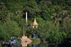 Guld- torn av en buddistisk tempel som kikar i en skog på en thailändsk ö i Asien Arkivbild