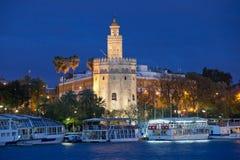 Guld- torn av Seville på natten Royaltyfri Foto