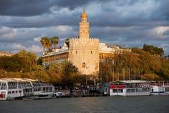 Guld- torn av Seville på solnedgången Fotografering för Bildbyråer
