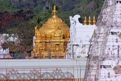 Guld- torn av templet till Lord Balaji, Tirupati, Indien Royaltyfri Foto
