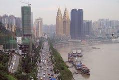 Guld- torn och andra skyskrapor i den Chongqing staden Arkivbilder