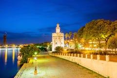 Guld- torn (Torre del Oro) av Seville, Andalusia, Spanien över r Arkivfoton