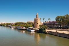 Guld- torn Torre del Oro längs den Guadalquivir floden, Seville Andalusia, Spanien fotografering för bildbyråer