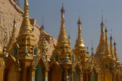Guld- tornspiror av stupas Arkivfoto