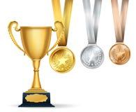 Guld- trofékopp och uppsättning av medaljer med band på vit vektor illustrationer