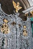 Guld- två-hövdad örn på vinterslottportar St Petersburg Arkivbild