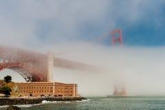 Guld- utfärda utegångsförbud för överbryggar i dimman. Arkivbilder