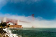 Guld- utfärda utegångsförbud för överbryggar i dimman. Arkivfoton