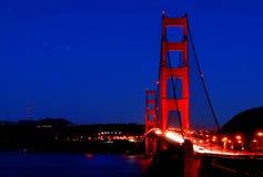 Guld- utfärda utegångsförbud för överbryggar under stjärnorna arkivbilder