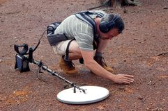 Guld- uthärda prospection i den australiensiska busken Arkivbilder