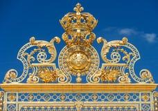 Guld- utsmyckade portar av chateauen de Versailles över blå himmel, Pari Fotografering för Bildbyråer