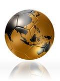 Guld- världskarta Australien asia för jordklot för fotbollboll Fotografering för Bildbyråer