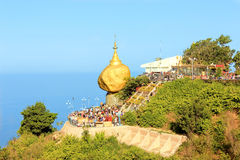 Guld- vagga, den Kyaikhtiyo pagoden, Myanmar Royaltyfri Bild