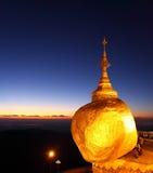 Guld- vagga, den Kyaiktiyo pagoden Royaltyfri Fotografi