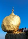 Guld- vagga, den Kyaiktiyo pagoden, Myanmar. Royaltyfri Bild