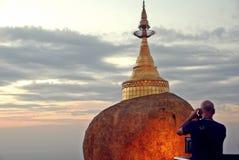 Guld- vagga, den Kyaiktiyo pagoden, Myanmar arkivfoto