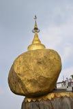 Guld- vagga (den Kyaiktiyo pagoden) är en populär buddistisk pilgrimsfärdplats i det måndag tillståndet, Myanmar Royaltyfri Fotografi