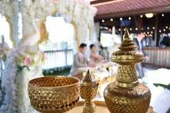Guld- vattenbunke och vattenkanna för thailändsk traditionell bröllopceremoni Fotografering för Bildbyråer
