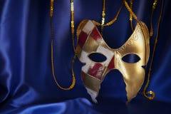 guld- venetian maskering på blå siden- bakgrund Royaltyfria Bilder