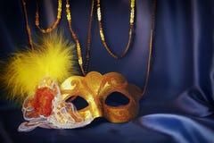 guld- venetian maskering på blå siden- bakgrund Arkivbild