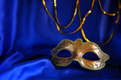 guld- venetian maskering på blå siden- bakgrund Arkivfoton