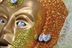 Guld- venice maskering som lätt bakgrund Arkivbilder
