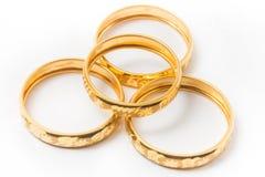 Guld- vigselringar som isoleras på vit Royaltyfri Bild