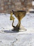 Guld- vinglas med prydnaden (med banan) Fotografering för Bildbyråer