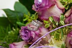 Guld- vita lilor för vigselringar Arkivfoto