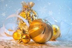 Guld- Xmas-garneringar, utrymme Royaltyfri Foto