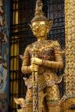 Guld- yakshademon på ingången till det Phra Mondop arkivet på den historiska storslagna slotten i Bangkok, Thailand Arkivfoto