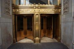 Guld- ytterdörrar till den Wrigley byggnaden royaltyfri foto