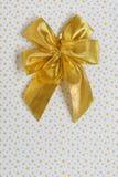 Guldband med bowen Arkivfoton
