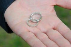 guldcirklar som gifta sig white Royaltyfri Bild